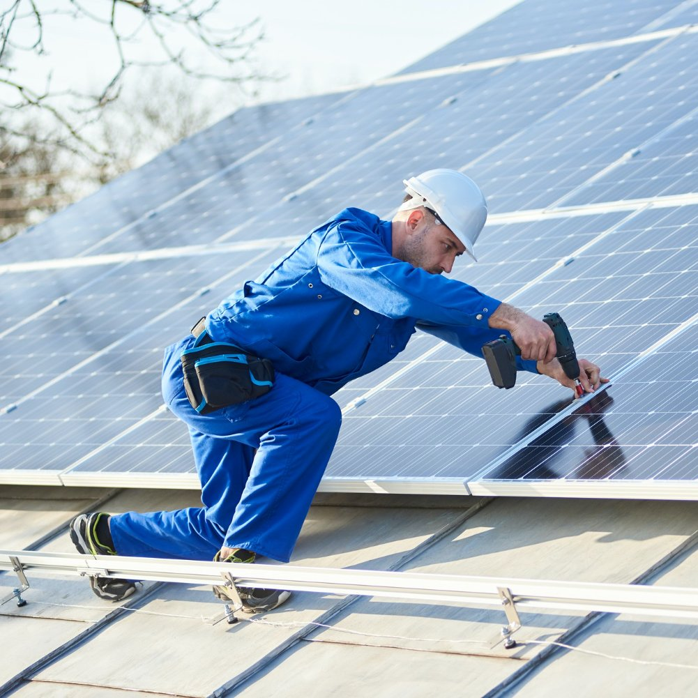 Instalacja fotowoltaiczna przetwarza energię promieniowania słonecznego naekologiczną energię elektryczną.