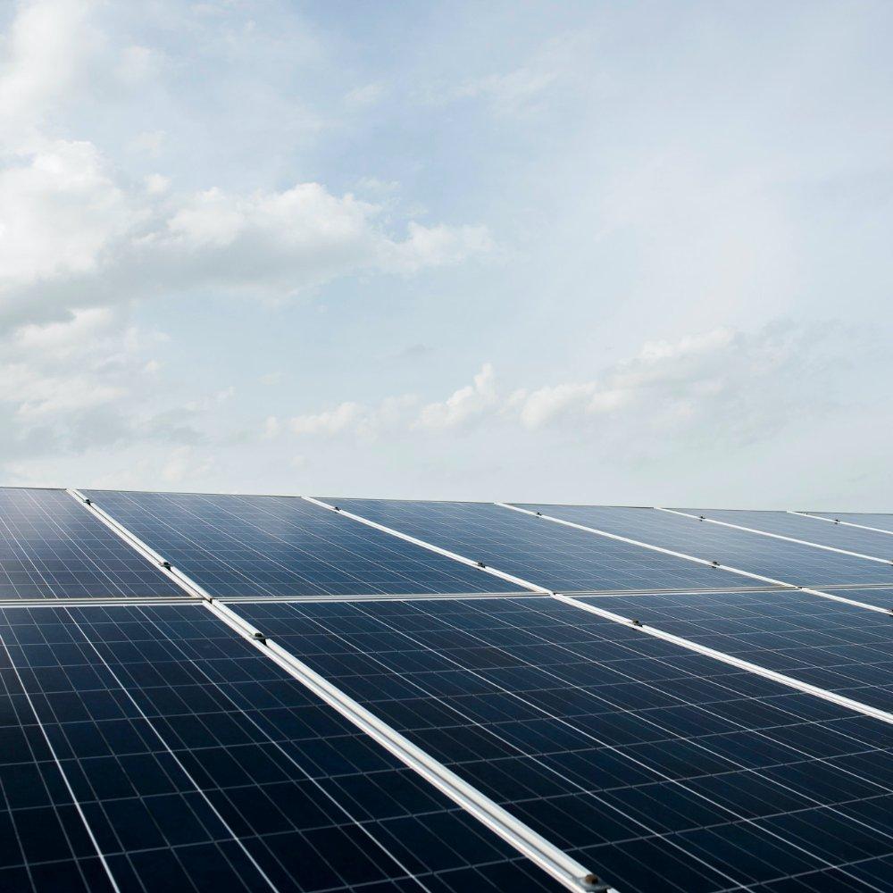Nowoczesne ogniwa krzemowe, zktórychzbudowane są panele fotowoltaiczne doskonale sobie radzą zprzetwarzaniem wenergię rozproszonych promieni słonecznych.
